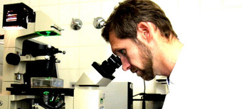 Scientist at the microscope © Department of Infectiology and Pulmonology / Charité